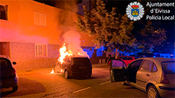 Incendiat un vehicle